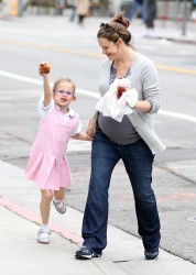 Дженнифер Гарнэр, фото 8411. Jennifer Garner and Violet out for a snack in Santa Monica, february 7, foto 8411
