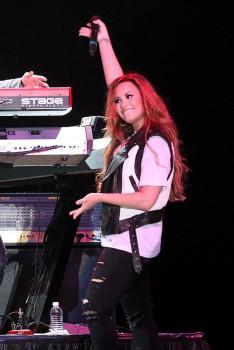 Деми Ловато, фото 3509. Demi Lovato Performing in Plant City FL 3/2/12, foto 3509